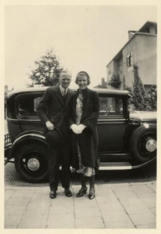 600972 - Francois Caspar Maria Houben, geboren te Zevenbergen op 17 juni 1894 zoon van suikerfabrikant Johan Marie Caspar Houben en Constantia Fr.A.M. Janssens. Frans Houben woonde in Ned. Oost Indië en trouwde de doopsgezinde Alida Catharina Schut (rechts op de foto), geboren te Nijmegen op 23 oktober 1903. In 1937 woonde het echtpaar in de burgemeester Van Meursstraat 3 in Tilburg.