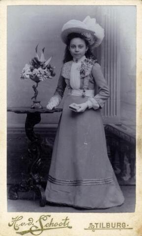 602411 - Maria Cornelia Schapendonk, gefotografeerd als communicantje bij haar plechtige communie op ongeveer twaalfjarige leeftijd. Zij werd geboren op 5 september 1890 te Tilburg als dochter van bakker Franciscus Johannes Schapendonk en Anna Maria Josephina Geurts. Maria huwde met Hubertus Laurentius Corsten en overleed op 5 januari 1959 te Tilburg.