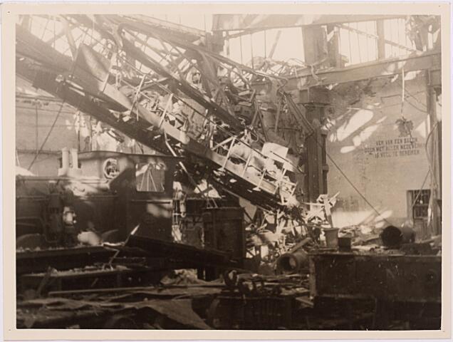 013159 - WOII; WO2; Tweede Wereldoorlog. Vernieling werkplaats NS. Compleet vernielde locomotievenstelplaats van de NS na heftige Duitse bombardementen in september 1944. Een dertig-tons kraan is daarbij naar beneden gekomen