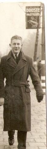 604434 - Tweede Wereldoorlog. Oorlogsslachtoffers.  Willem van der Linde; werd geboren op 14 juli 1924 in Rotterdam en overleed op 9 december 1944 in kamp Versen (Lager IX Versen, Neuengamme) . Dit concentratiekamp was ingericht voor 1500 strafgevangenen. Van der Linde was onderwachtmeester bij de Rotterdamse politie en kwam op 20 juni 1944 naar Tilburg.  Waarom en wanneer hij gearresteerd werd, is niet bekend. Hij overleed in het kamp Versen, Neuengamme (bij Hamburg), Duitsland.