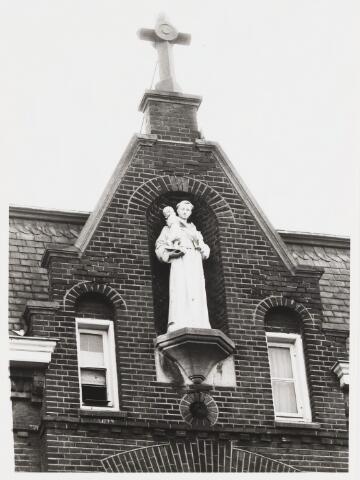 067894 - H. ANTONIUS VAN PADUA (1195-1231). Beeld in de voorgevel van het St. ANTONIUSGESTICHT in de Capucijnenstraat. Oorspronkelijke functie van dit gebouw uit 1894: Fraterhuis van de Fraters van Tilburg; later werd het Jongensweeshuis.  Trefwoorden: Kunst, openbare ruimte.