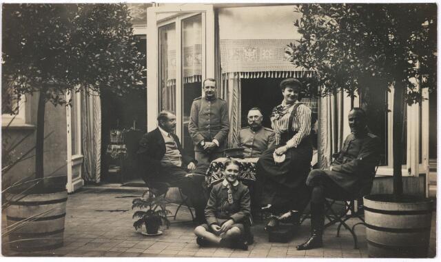 006696 - Familie Brouwers-van Waesberghe met enkele militairen. Op het terras achter het huis. Begin 20ste eeuw