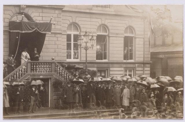 043510 - Bezoek van koningin Wilhelmina aan Tilburg t.g.v. de onthulling van het standbeeld van koning Willem II op de Heuvel. Op de foto Wilhelmina op het bordes van het voormalige gemeentehuis.