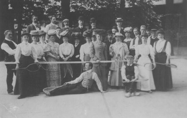 064325 - Leden van de tennisclub van sociëteit de Philharmonie op het tennisveld aan de Kloosterstraat.