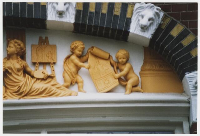 """068113 - DETAIL uit het boogveld of timpaan boven het linkerraam (benedenverdieping) van het  voormalig atelier van beeldhouwer Henricus P.L. van TIELRADEN (1854-1934), Willem II-straat 40. Het reliëf is een allegorische voorstelling van de beeldhouwende en bouwende kunsten. ZIe ook foto nr. 068111   Trefwoorden: kunst, openbare ruimte Gevelversiering """"Atelier van Beeldhouwkunde en Polychromie"""""""