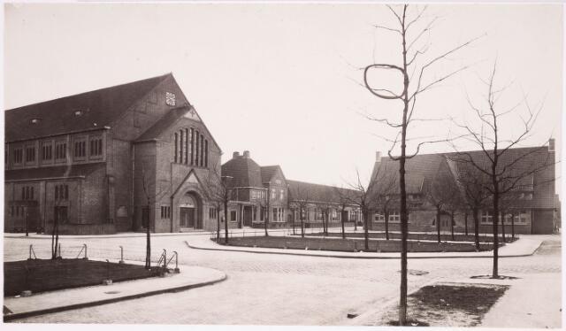 034331 - v.l.n.r. R.K. Kerk H. Gerardus Majella ( Trouwlaan),  Pastorie,  School en Patronaat, later Buurthuis.  De huisnrs. zijn/waren resp.32, 34, 36 en 38.  Het buurthuis was afgekeurd voor gebruik. Op 2 oktober 1980, de sloop was al aangevangen, brandde het gebouw volledig uit door het aansteken van wat afval.