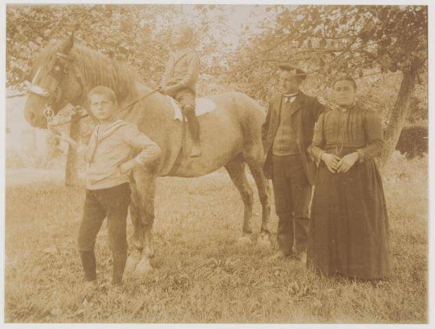 078547 - Boerenechtpaar met twee zonen en paard. nn