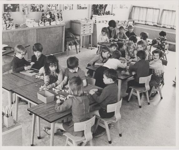 081640 - Spelende kleuters in de klas. Kleuterschool Gerardus Majella: is er sprake van sluiting??