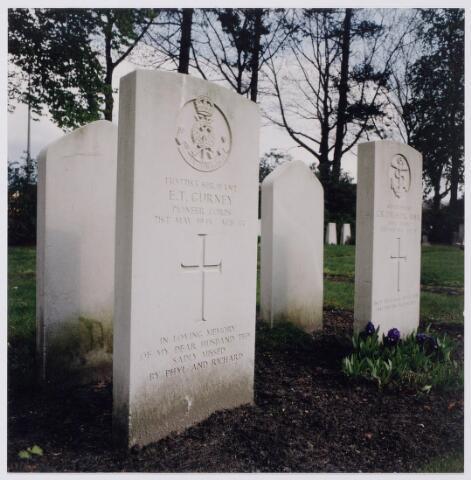 045404 - Oorlogsgraven op het kerkhof aan de Gilzerbaan.