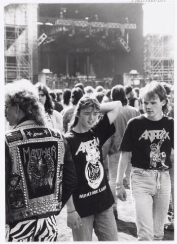 043423 - Op 4 september 1988 vond in het stadion van Tilburg muziekevenement plaats getiteld 'Monsters of Rock'.