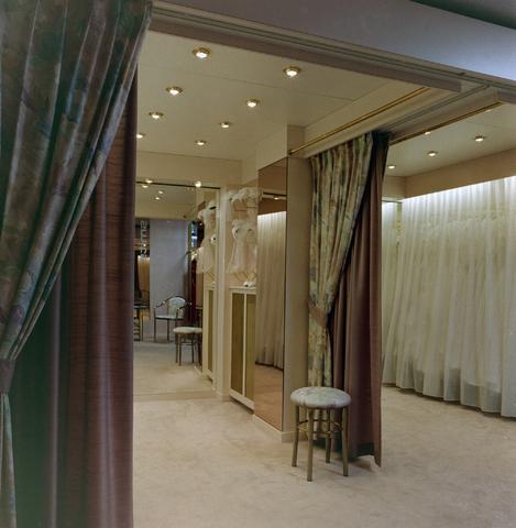 1237_012_966_006 - Ondernemers. Winkels. Kledingzaak. Het interieur van Smits Mode aan de Korvelseweg in 1993.