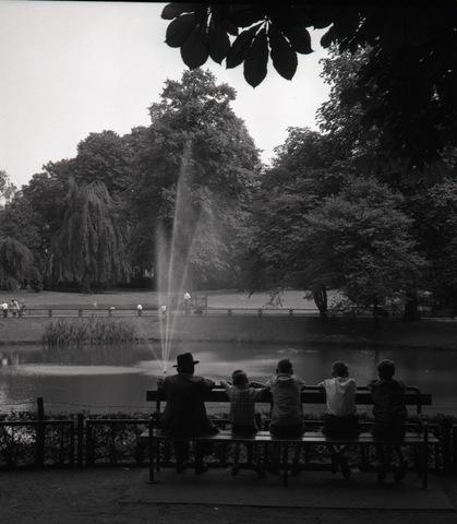 654883 - Uitrusten in het Wilhelminapark met uitzicht op vijver en fontein.