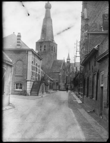 500391 - Het Belgische raadhuis met de zestiende-eeuwse St Remigiuskerk, welke van oudsher tot in 1860 de parochiekerk van beide Baarles was. Tijdens de bevrijding van het dorp door militairen van de 1e Poolse devisie raakte de kerk op 2 oktober 1945 verbrand, waarschijnlijk door uitgeworpen fosforbommen.