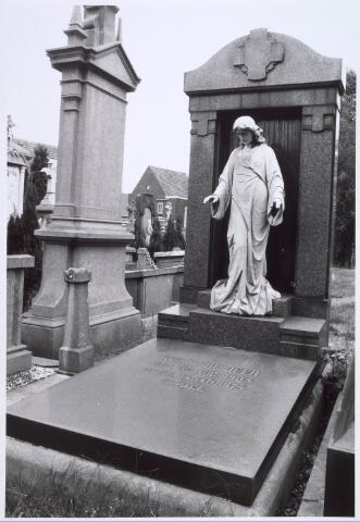 019091 - Graf van Willy de Beer (1903 - 1924) op het parochiekerkhof aan de Goirkestraat
