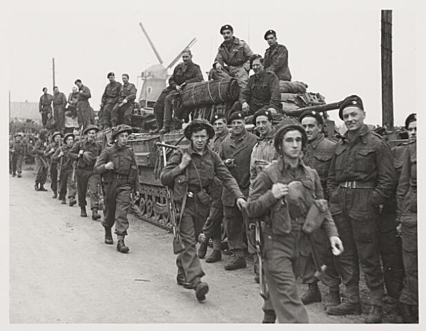 013223 - Tweede Wereldoorlog. Bevrijding. Schotse infanteristen trekken op 27 oktober 1944 Hilvarenbeek uit in de richting van Tilburg. Ter hoogte van Broekhoven stuitten ze op felle Duitse tegenstand