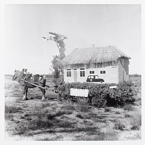 """012192 - WO2 ; WOII ; Tweede Wereldoorlog. """" Thans in rook gehuldt, door de mof zijn schuld. Maar na dit hevig vuur, kwam eens het bevrijde uur"""" dichtte een landbouwer uit de Postelstraat wiens boerderij op 6 oktober 1944 door Duits vuur was getroffen. Na de bevrijding van Nederland maakte hij zijn vreugde hierover middels deze praalwagen wereldkundig"""