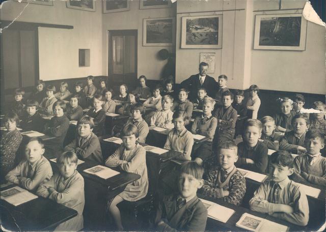 651450 - Klassenfoto 1931. Tilburg. Jongens en meisjes van klas 5 van de heer Van Diessen. De openbare lagere school nummer 3 stond in de Korte Schijfstraat. Veel Joodse leerlingen zaten tot 1942 op openbare school nummer 3.  Marianne van der Plas (11 mei 1921) die deze foto's doneerde aan het archief zit op de derde bank rechts en naast haar zit haar beste vriendin Edith Polak. Bertram Polak, Edith's neef, zit links in de rij daarnaast. Marianne van der Plas was de enige leerling die naar het gymnasium in Breda ging.