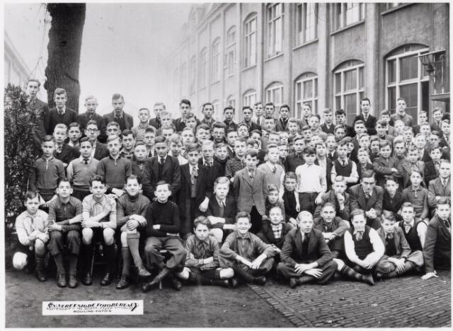 051802 - Lager en Middelbaar Voortgezet Onderwijs. Groepsfoto. Leerlingen van de R.K. Ambachtsschool - en Industrieschool en R.K. Technische school van de parochie Noordhoek, 1938/1938.