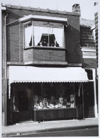 026449 - Kledingwinkel van Nouwens met woonhuis in de Missionarisstraat. In de volksmond werd de winkel Miet Put genoemd. Later verhuisde de winkel naar de Lindenstraat, waar Nouwens van der Put of de gevel kwam te staan. Later werd de winkel Cleven-Nouwens.  De Missionarisstraat  was een doorlopende straat. Nu kruist de Wilgenstraat de Missionarisstraat.