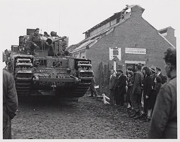 013235 - Tweede Wereldoorlog. Bevrijding. Britse Churchill-tanks komende uit de richting Hilvarenbeek rijden via Broekhoven Tilburg binnen. Rechts de zwaarbeschadigde ververij van Gerard van Spaendonck
