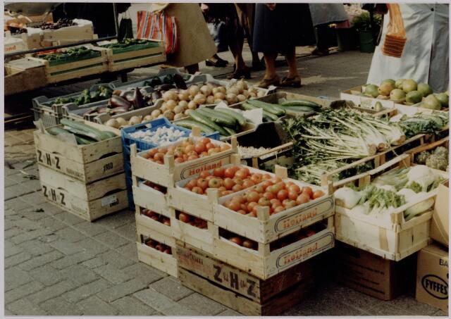 040643 - Markt op het Koningsplein (1981) kratten met groente