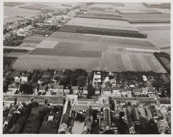 080398 - Luchtfoto's van Udenhout. Te zien is de Kreitenmolenstraat met in het midden huize Felix.