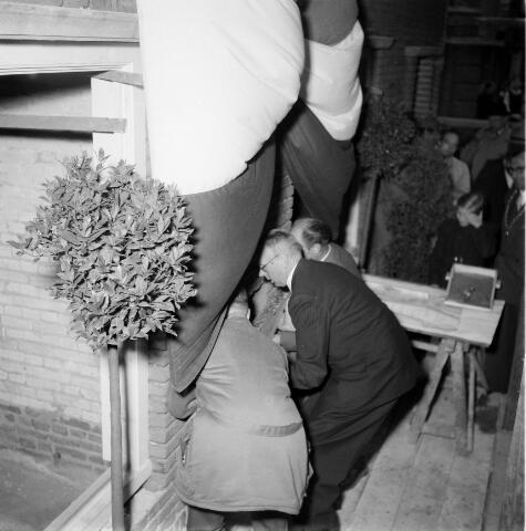 050297 - 1e steenlegging woningbouw door secretaris generaal en bezoek steenfabriek.