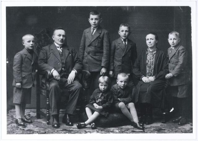 005482 - Familie REMMERS-BLANKERS. V.l.n.r.: NN, Harry  Remmers (Johannes Henricus 1882-1963), Jan, Bernard, Isabella Maria  Remmers-Blankers geb. Hilvarenbeek1884 en Wim. Zittend voorgrond: Riet en NN.