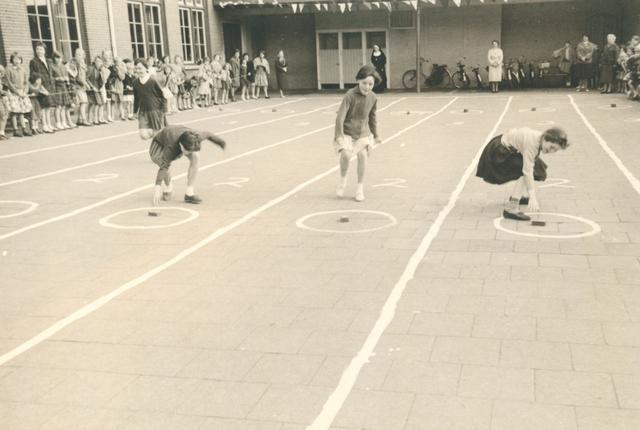 651622 - Meisjesschool Vincentius. Tilburg. Meisjes ingespannen bezig op de sportdag met het publiek van vriendinnen en schoolstaf.