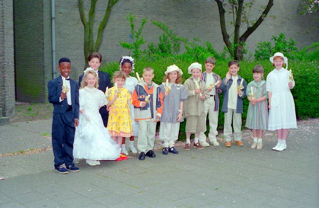 655354 - Kerk. Katholiek. Religie. Communicanten. Eerste Heilige Communie viering in de Tilburgse Lourdeskerk op 12 mei 1996.