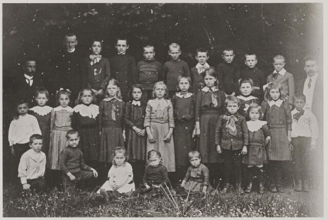 058720 - Basisonderwijs. Klassenfoto.  Openbare school 1916 helemaal links 3e rij Jan Paschier van 1910 tot 30-09-1916 en helemaal rechts Jan Pruijssen 1912 - 1920.
