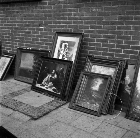 D-00841_2 - Vlooienmarkt in Diessen. Verkoop van heiligenbeelden en -schilderijen. Religieus erfgoed . Rooms leven
