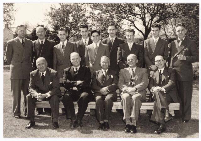 038557 - Volt.Zuid. Opleidingen. Geslaagden vakliedenopleiding studiejaren 1950 - 1953. Zittend v.l.n.r. Henri van Thiel , Vroom; bedrijfsingenieur, van Gorp; oud afd. chef gereedschapmakerij Volt, Lap; directeur opleidingen Philips, Hessenfelt; theoriedocent. Staande v.l.n.r. Rutten; afd. chef gereedschapmakerij, Hopstaken; praktijkdocent, van Vugt, van Raay, Quinten, van Hest, Mommers, Haans en Roovers chef praktijkwerkplaats opleidingen Philips. Allen zijn doorgegaan met studeren en hebben een hogere functie bereikt of zijn voor zichzelf begonnen.