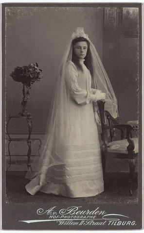 004133 - Jeanne Constance Berthe Sophie Marie (Jeanne/Zus) van DOOREN, geb. 30-09-1891 te Tilburg, aldaar overl. 17-06-1977. Enige dochter van wollenstoffenfabrikant François van Dooren (1860-1950) en Sophie Koppel (1867-1945). Zij bleef ongehuwd. De foto is waarschijnlijk gemaakt t.g.v. haar Eerste H. Communie, die tot 1910 plaats had op de leeftijd van 12 à 13 jaar.