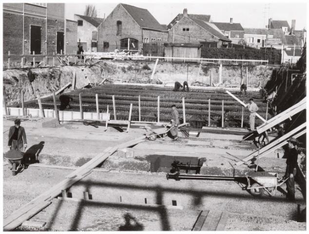 039178 - Volt. Zuid. Nieuwbouw, Gebouw AH. De bouwput van het nieuwe hoofdkantoor aan de Groenstraat 139 in 1960.  Op de achtergrond de Radiostraat.