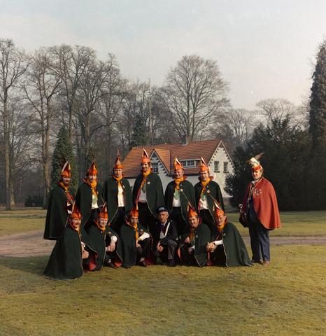 1237_011_827_001 - Carnaval. Kaaiengat. Groepsfoto van de Raad van Elf uit Riel in 1975.