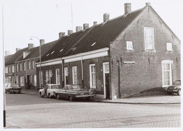 014724 - Rijtjeshuizen aan de Berkdijksestraat. De straat rechts is de Joost van de Mortelstraat