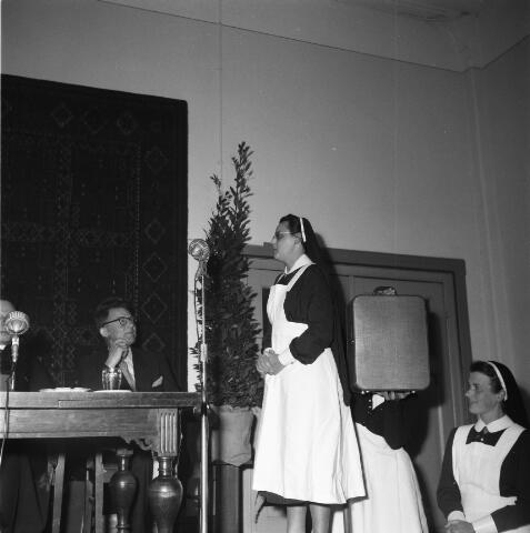 050488 - Het Wit-Gele Kruis, katholieke bond op het gebied van zieken- en gezondheidszorg. Provinciale Noord Brabantse Bond. Wijkverpleegstersdag 1954. Voorzitter: dr. C.J.M. Mol, mgr. prof. dr. F. Eeron, prof. dr. J. de Quaij en mgr. Hendriks.