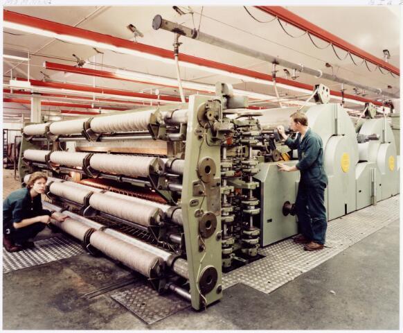 037967 - Textielindustrie.´Schrobbelèèrs´, een typisch Tilburgs woord voor spinners aan het werk aan een assortiment in de spinnerij van C. Mommers & Co. aan de Kraaivenstraat.