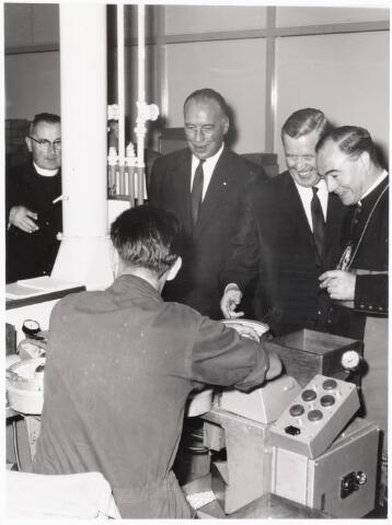 038657 - Volt. Zuid. Bezoek van Mgr.Bekkers aan Volt op 28 augustus 1964. Hij was toen Bisschop van 's-Hertogenbosch. Staand v.l.n.r.: Pastoor van Oort, Deken van Tilburg, Ir.Meijer, directeur van Volt, Dhr.Verhoeven hoofdafdelingschef Condensatoren en Mgr.Bekkers.De bezochte fabricage- of productie-afdeling is ons niet bekend.
