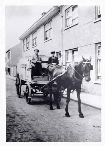 """039656 - Bartje de Pijper en zijn zoon. Hier op de bok (kar met paard);  kar met vrieskist: """"vriezeveem""""  Bartje was ijsrijder voor de firma Van Roessel's N.V. Bierbrouwerij en Ijsfabriek """"De Posthoorn"""" gevestigd Korvelplein 7"""