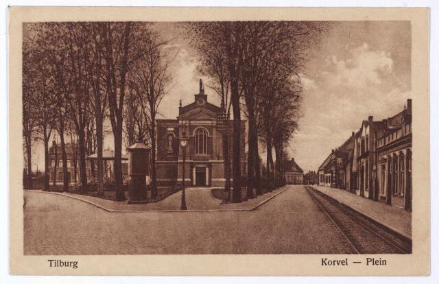 001506 - Openbaar vervoer. Korvel, vanaf 1941 Korvelplein in zuidelijke richting. In het midden de voormalige parochiekerk. Rechts de rails van de tramlijn Tilburg-Goirle-Hilvarenbeek-Esbeek. Links op de hoek van het plein een transformatorhuisje van het gemeentelijk electriciteitsbedrijf.