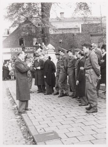012545 - WO2 ; WOII ; Tweede Wereldoorlog. Bevrijding. Dr. Enneking in gesprek met enkele militairen tijdens een parade van Schotse pijpers op de Markt