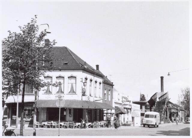 020985 - Noordoostelijke hoek van de Heuvel met links café Gaillard, cafétaria Hoogspoor en de hoedenwinkel van Hamers. Op de achtergrond de werkplaats van de NS ofwel D'n Atelier