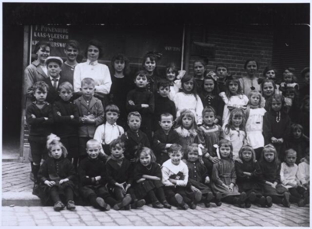 022732 - Buurtkinderen voor de kruidenierswinkel van F. Pijnenburg in de Hoogvensestraat omstreeks 1925