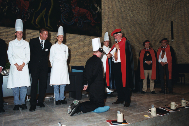 1237_003_294_021 - Scholen. De Rooi Pannen.De Rooi Pannen dankt zijn naam aan het karakteristieke klooster in Tilburg met de opvallende rode dakpannen. Het pand werd in 1914 gebouwd naar een ontwerp van Jan van der Valk. Allerlei opleidingen in het leerplein. Horeca uitreiking diploma 2003
