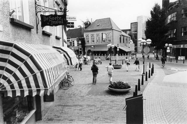 """1238_F0377 - Nieuwlandstraat met links """"De Soete Inval"""" en rechtvooruit zicht op de Kapelhof. Links de Heuvelstraat.Rechts op de hoek Van Boxtel."""