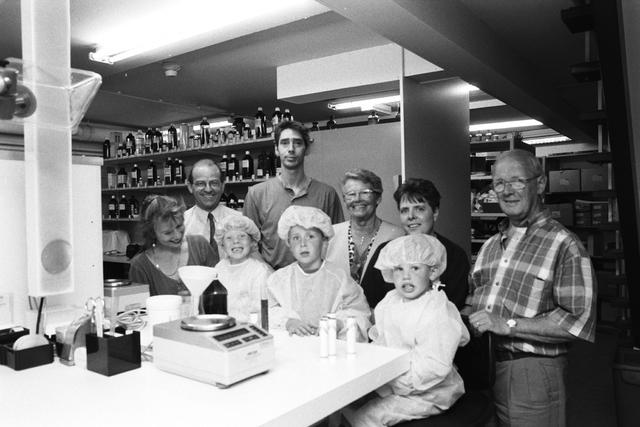 """1237_010_759_008 - Kinderen kijken mee mee de apotheker van de Stadhuis Apotheek in 1997. Project in het kader van """"Jong Geleerd!""""."""