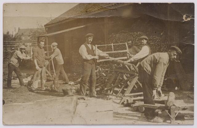 043963 - Steenkoolhandel Van Brunschot aan de Spoorlaan 74, Arbeiders bezig met het zagen van brandhout.