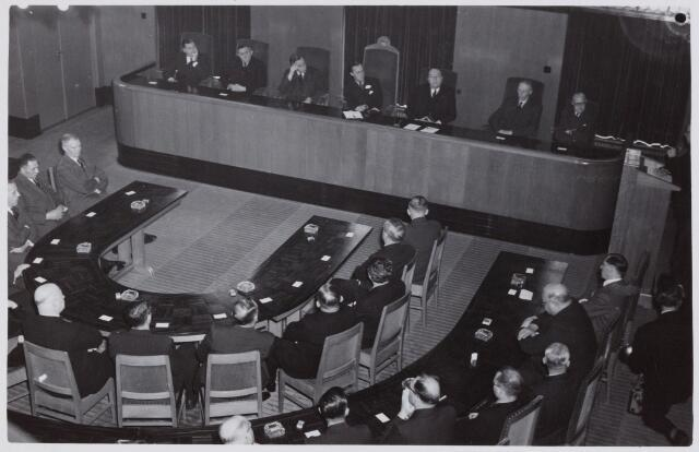 053339 - Koninklijke Bezoeken. prins Bernhard brengt een werkbezoek aan Tilburg; Raadszaal tijdens toespraak van Prof Dr W. Heere